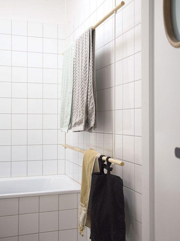 Zajímavým zpestřením koupelny je věšák na ručníky, který tvoří dřevěné tyče a pevnější provaz. FOTO SCHWESTERN