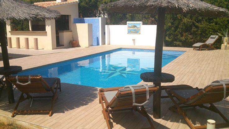 Villa La Perla - STRANDLAGE! 1500 € p.W. - 5 SZ, 6 BZ, 2 Salons, 2 Kuechen, POOL, eingezäunt, Strandnah, privater Tennisplatz  Strandnahe, grosse und familenfreundliche Ferienvilla mit großem Jakuzzi, Poolbereich, Außenküche und privatem Tennisplatz. Das strandnahe Ferienhaus in Denia wurde 2012 saniert und ist als Ihr Ferienobjekt optimal für einen schönen Urlaub geeignet.
