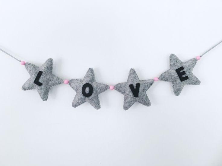 Slinger Love vilt Handgemaakte vilten Love slinger. Kleur: grijs & roze. Afmeting love letters bij elkaar: 31cm Lang, 7,5cm Hoog, 1cm Breed. De lengte van de hele slinger is 1meter. Dit zodat je de slinger goed kunt ophangen.