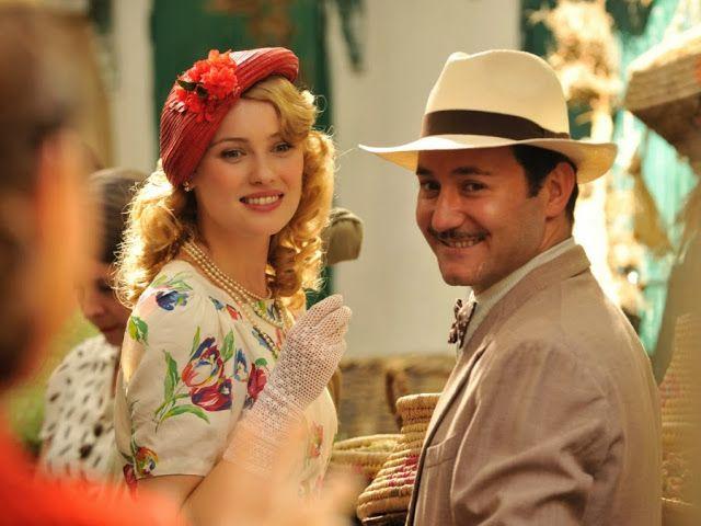Rosalinda Fox vestido blanco con flores y Félix. El tiempo entre costuras. Capítulo 5