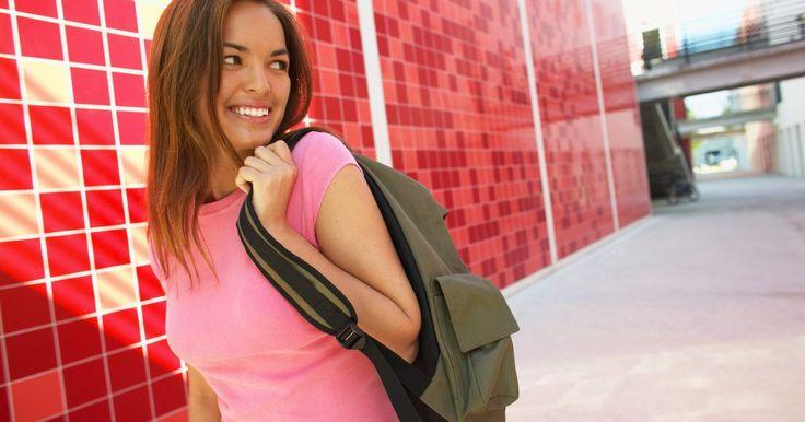 Como fazer uma mochila com cordão. A mochila de cordão é um projeto rápido e simples de costura que até um iniciante pode realizar. Faz-se ótimas bolsas para crianças ou adultos.