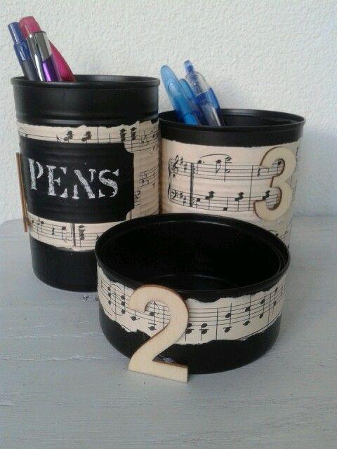 Pennenhouder / pennen bakje gemaakt van conserven blikken met muziek bladen. Pencil holder made of recycled cans with music sheets.