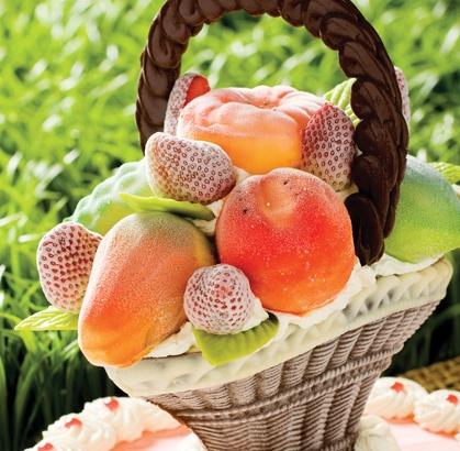 Delicada creación de una canasta en chocolate rellena de crema chatillí, decorada con exquisitas frutas de helado, todo sobre una base del inmejorable helado de mandarina Astor