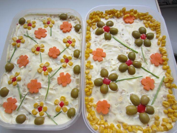 ENSALADILLA RUSA. Esta ensaladilla rusa admite muchas variaciones según gustos personales, tanto en los ingredientes como en la decoración. Otros posibles ingredientes: gamba pelada, maiz dulce, me...