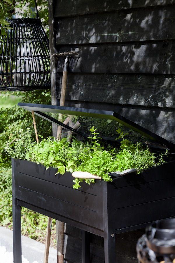 KARWEI   Met zwarte tuinbeits creëer je eenheid in al je tuinhout.