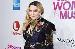 Поп-певица Мадонна через суд добилась запрета на продажу некоторых своих личных вещей на аукционе Gotta Have Rock and Roll и подала в суд за боссов этого нью-йоркского онлайн-аукциона. Суд постановил исключить из списка из более ста предметов 22 лота, в том числе любовное пи