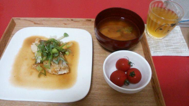 鱈のバタポン酢炒め、かぼちゃの味噌汁、ミニトマト
