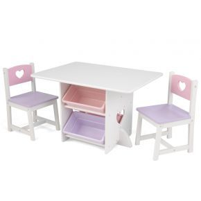 Ett paket med ett bord och två stolar inklusive fyra förvaringsboxar i plast, två på vardera sida om bordet.