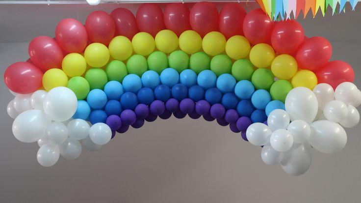 Decoración con globos en un cumpleaños de arco iris. Puedes encargar el tuyo en el teléfono 667 01 78 33