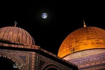 مسجد قبه الصخرة والمسجد الأقصى يتوسطهما القمر