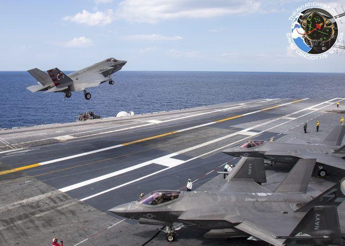 """F-35C de VX-23 """"Salty Dogs"""" realiza un último segundo de onda con F-35Cs de VX-23 y VFA-101 """"La Muerte"""" en el fondo. Durante DT-III en el USS George Washington (CVN-73) Lunes 15 de agosto"""