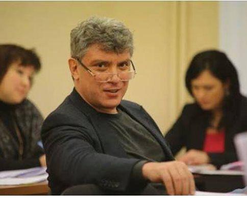 Российский оппозиционный политик Борис Немцов, считает, что главная цель Путина на сегодняшний момент - захват Мариуполя и сухопутный коридор в Крым. Также он уверен, что Путин не боится санкций Евросоюза.