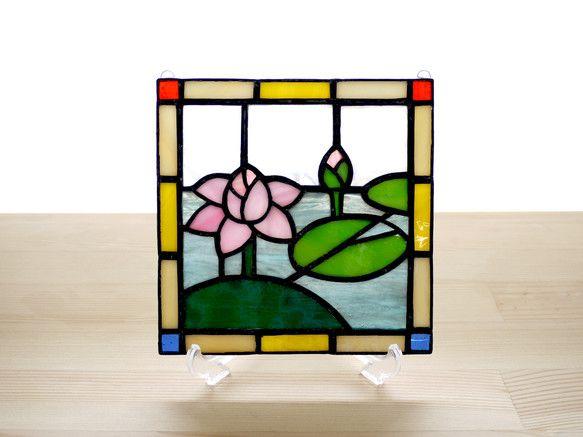 クラシックな蓮(はす)モチーフのステンドグラスパネルです。淡いピンクのハスの花と緑の葉が明るくかわいらしく、リビングやキッチン、ベッドルームなどどんな場所にも...|ハンドメイド、手作り、手仕事品の通販・販売・購入ならCreema。