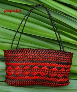 KETE WHAKAIRO – PATTERNEDBASKETS    Kete Whakairo are hand-woven baskets decorated with geometric patterns.    Kete presented on this page are designed to be used as hand or shoulder bags    with sturdy handles made from 4-ply Whiri (braids) .