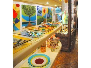Articoli regalo e ornamenti in vetro. Gift and glass ornaments.