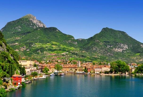 Dankzij de pastelkleurige huizen en de vele gezellige terrasjes aan de oevers is het Gardameer in Italië een van de meest romantische bestemmingen binnen de Europese grenzen.