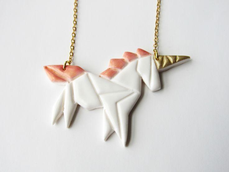 Collier licorne origami rose en pâte fimo et laiton doré : collier par mademoiselle-graphic