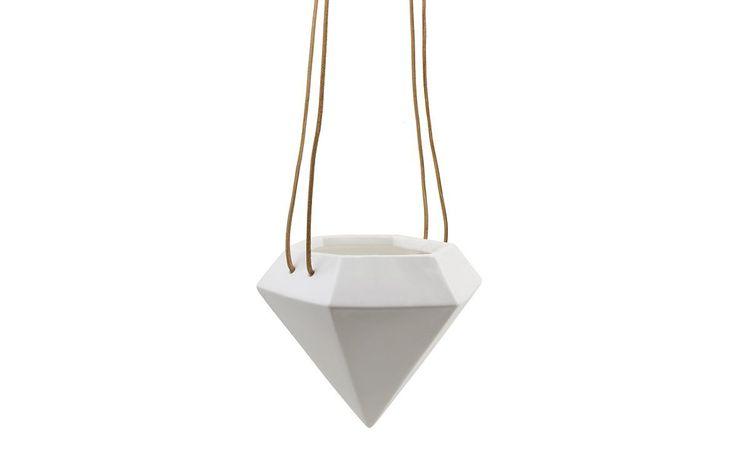 Diamond - Een mooi keramiek hangpotje in de vorm van een diamant. Het koord is van leer. Erg mooi om voor het raam te hangen of in een hoekje van bv. de keuken met een mooi plantje erin. Het kleinst verkrijgbare plantje bij een tuincentrum past er in.    Formaat: doorsnede 13 cm, hoogte 11cm.  Lengte koord: 50cm koord