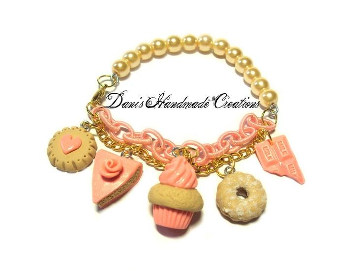 Bracciale con perle color crema, doppia catena - rosa e dorata - biscotti, cupcake, torta e barretta in fimo e cernit rosa, by Dani's Handmade Creations, 10,00 € su misshobby.com