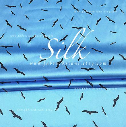 Tissu de soie motif oiseux fond bleu cyan. 93% soie. Tissu opaque, doux, belle draperie, extensible.   ♥ largeur :  108 cm  ♥ tissu est vendu par 0,5 metre (0,55 yard).    - 8836569