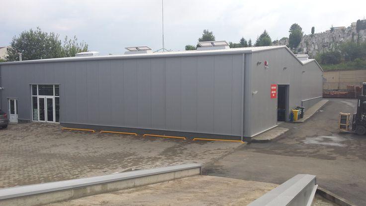 In anul 2014 am inceput lucrarea de antrepriza generala pentru obiectivul reabilitare hala metalica Romstal Cluj. Proiectul consta in demontarea partiala a unei hale vechi si reconstructia pe acelasi amplasament a unei hale in suprafata de 880 mp, amenajari exterioare prin asfaltarea platformelor si a drumului de acces la magazinul Romstal, anveloparea cu panouri sandwicha …