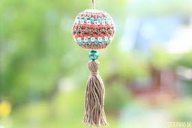 stitchydoo: Gehäkelter kugelförmiger Taschenanhänger / Taschenbaumler mit Perle und Quaste aus Wollfäden