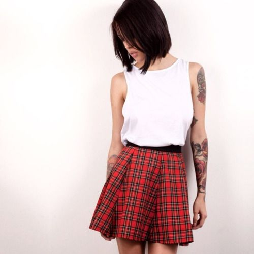 Camiseta blanca básica y falda en paño. Muchas cosas nuevas para chica. #belikepardo Ph: @felipediazfotos  M: @andremnt