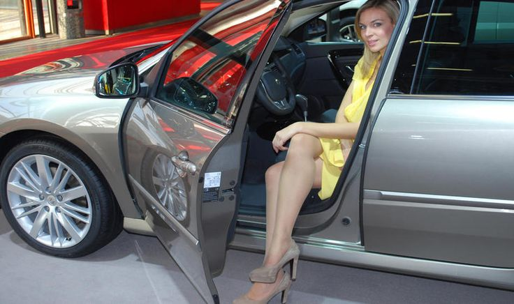 [IMG]http://www.panorama-auto.it/var/ezflow_site/storage/images/media-library/images/media/gallery/motor-show-2011/ragazze/renault/le-ragazze-renault-9/2107217-1-ita-IT/Le-ragazze-Renault-9_horizontal_galleryzoomer.jpg[/IMG]