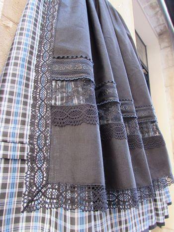 Delantal negro de tela de lino con puntilla de bolillo,entredós de tul y tapa costuras bordados