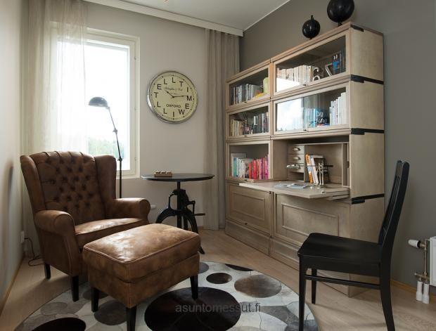 Vuoreksen Welho F52 - Työhuone | Asuntomessut. Työhuone - Kalusteet: Boknäs kirjahyllykokonaisuus, väri woodwash; Boknäs pikkutuoli, musta; Idp Clio Capitone nojatuoli + rahi, nahkaa; Club Vintage Interiors Steel rautapöytä; Limited Editions Sphere taljamatto/Boknäs - Seinämaalit: Flamant/Boknäs- Seinäkello: Club Vintage Interiors The wall cloc /Boknäs