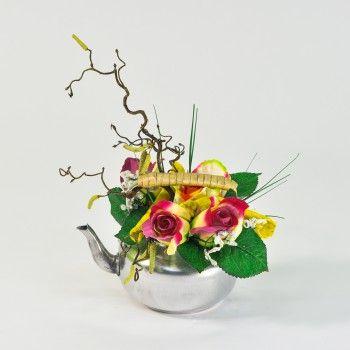 une composition florale artificielle compos e de roses. Black Bedroom Furniture Sets. Home Design Ideas