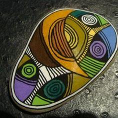 232, galet aux crayons de couleur et acrylique dans des tons vifs et multicolores