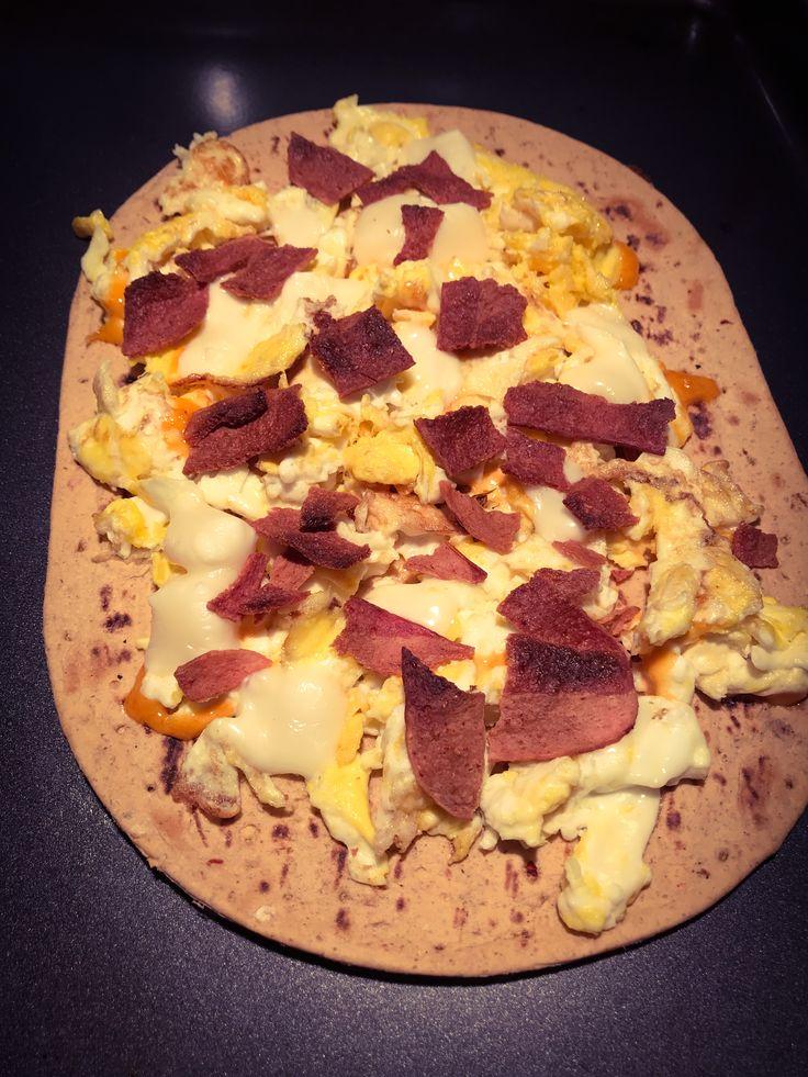 Pizza Déjeuner* Flatbread protéiné + 2 oeufs + 1 blanc d'oeuf + Fromage allegro + Bacon de dinde