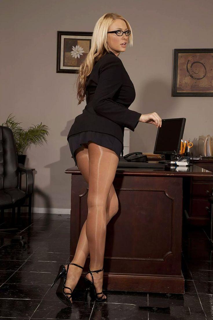 Фото секретарши в нейлоне