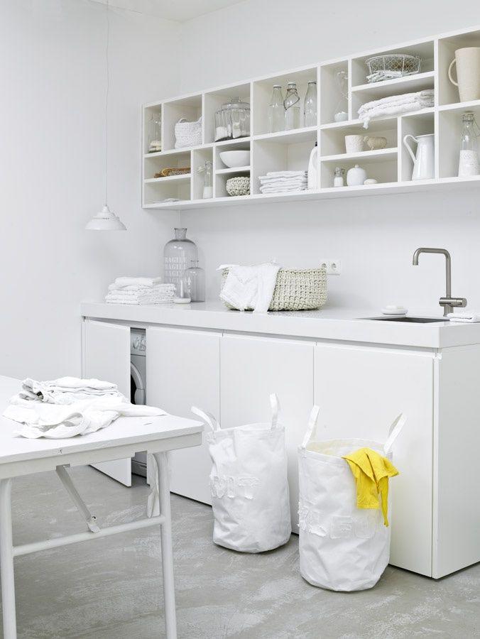 Bijkeuken: witte kastjes, houten blad, ktijtwand