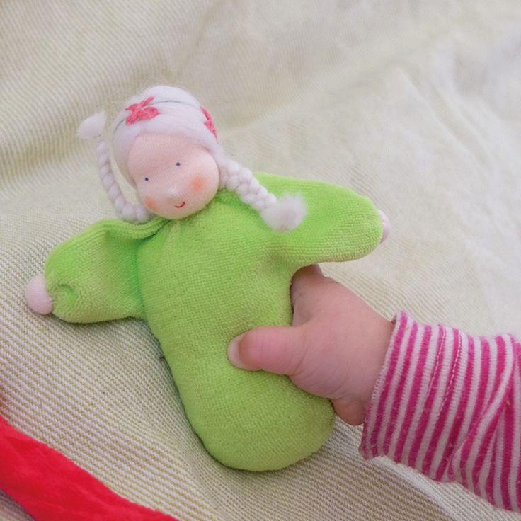Muñeca pequeña de color verde, con suave fragancia a lavanda gracias a su interior relleno de flores de lavanda. Está elaborada de manera artesanal, con la cara pintada a mano dando una expresión única a cada muñeca. Está fabricada en tela de algodón, rellena de flores de lavanda. El suave olor a lavanda tiene un efecto calmante y es relajante para los niños más pequeños, por lo que es ideal para ayudarles a dormir. Se debe lavar a mano de manera suave, evitando frotar ya que se puede…