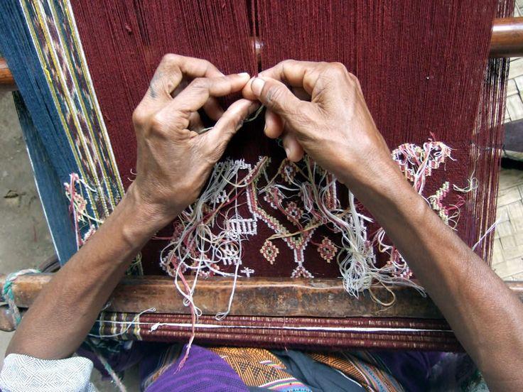 Blandina Feot adding buna wrappings, Loo Neke, West Timor.