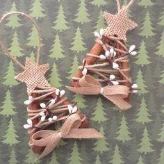 Si vous aimez lodeur de la cannelle que cest vous dire, il est presque temps de Noël permet de faire des plans... Arbres de Noël fait de bâtons de cannelle. (lot de 2) fait à la main et le design en toile de jute et baies blanches.  Ornements d'arbre de Noël rustique.. .wonderful pour rustic - décor de pays aussi bien.  Ces ornements a 2 1/2 de large et 4 de long.  Ils seront tellement agréable dans nimporte quel décor de Noël... si unique, fait main et trop mignon pour un joli cadeau.  Je…