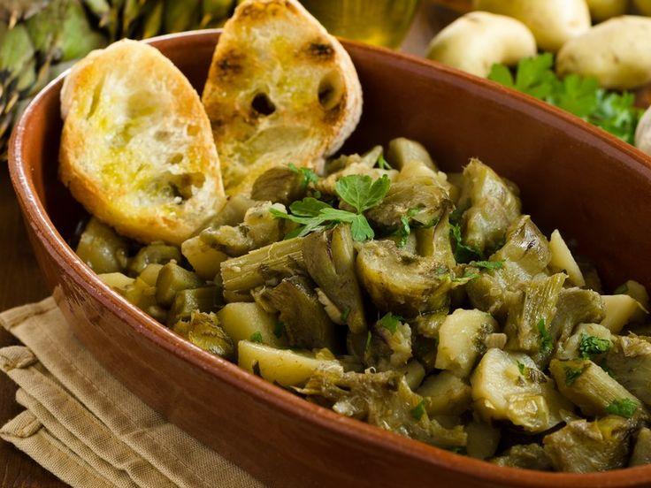 I carciofi e patate sono un contorno molto facile da preparare e che va bene per molti tipi di secondi piatti, sia di carne che di pesce