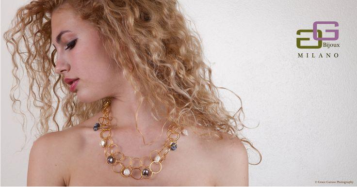Collana in alluminio dorato, perle di fiume bianche e grigie.
