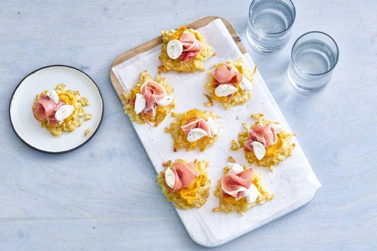 Van de rösti maak je kleine koekjes die je serveert met ham, mozzarella en hummus. Lekker!- Recept - Allerhande