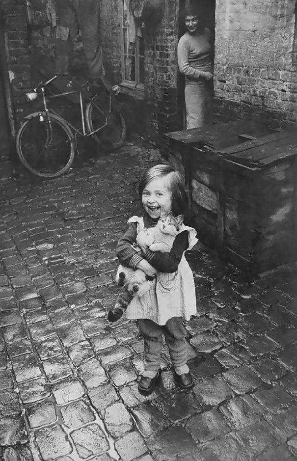 Niña francesa feliz y su gato