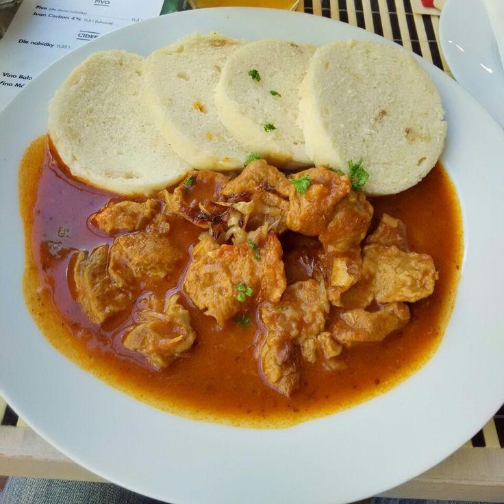 Guláš z domácího seitanu s houskovým knedlíkem a restovanou cibulkou / Goulash with homemade seitan with dumplings and roasted onion