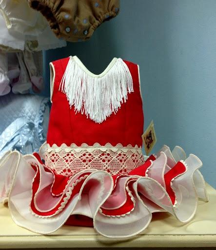 Flamenca bebé ,realizado en piqué coral y organdí en beig, bolillo en cuerpo y piquillo en la orilla