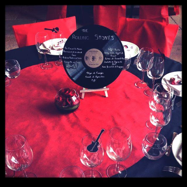 d co de table nappe noire et centre rouge pour rappeler les vinyls mon mariage rock 39 n roll. Black Bedroom Furniture Sets. Home Design Ideas