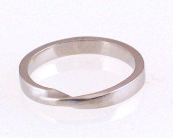 Wer eine einfache Mobius Streifen nicht liebt, ist es eine sehr einfache Änderung aus einer einfachen Band. Das hier abgebildete ist aus massivem 14 k White Gold aber in anderen Karat und Farben sind möglich, gerne Convo mich für ein Angebot. Dieser Ring misst 1,5 mm dick 4mm breit. Es hat eine Gebürstete Oberfläche mit polierten Kanten und Innenraum. Dieser Ring wird gekennzeichnet werden.  Dieses Angebot gilt für Ringgröße 3 bis 6,75. Kann ich die Hälfte und Quartal Größen genauso gut…