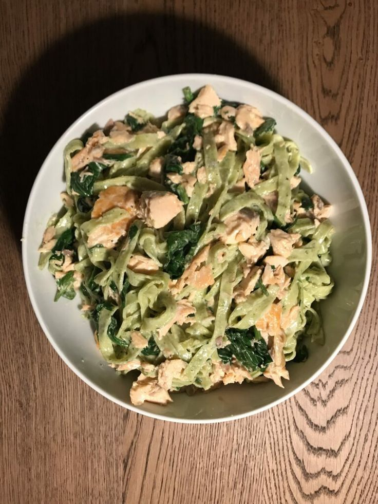 Cremet pasta med laks og spinat, er en hurtig hverdags ret, som sagtens kan spis…