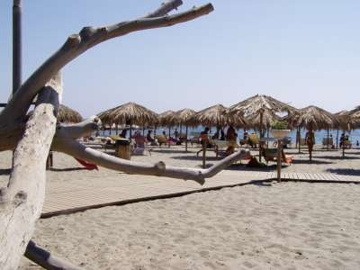 Villaggio Porto Corallo - Sardegna. Il Villaggio Porto Corallo gestisce case vacanze in formula residence sulla costa sud della Sardegna, esattamente a nord rispetto Costa rei, sorge a pochi metri dal mare. La spiaggia è composta dasabbia finissimae il fondale digrada dolcemente.
