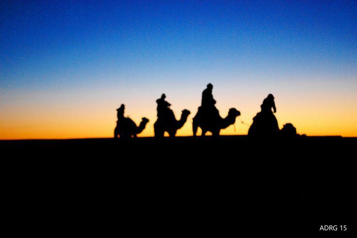 Por el desierto del Sáhara en Marruecos un hermoso amanecer entre las dunas y a lomos de un dromedario.