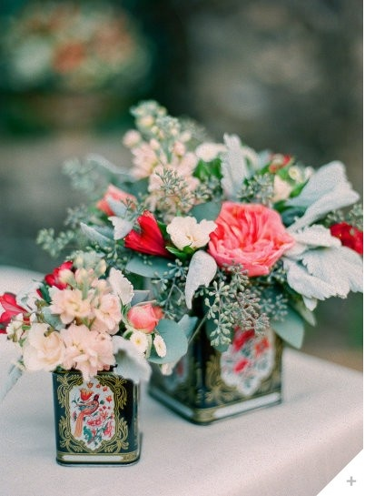 These flowers were placed in old Chinese tea tins! Such a good way to be vintage and create a great center piece!